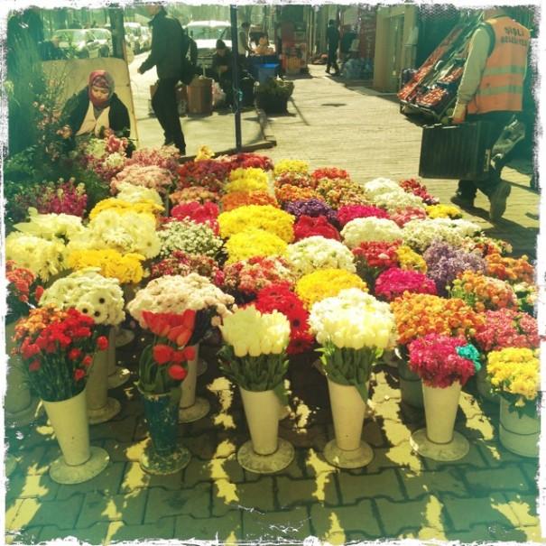Kukat voi kauppakadulla järjestää näinkin. Istanbulissa ainakin.