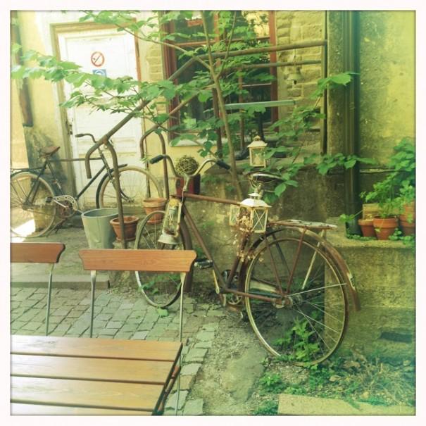 Mutta kyllä Paraisillakin on tuijoteltavaa. Kuten tämä Cafe Hallonbladin sisäpiha.