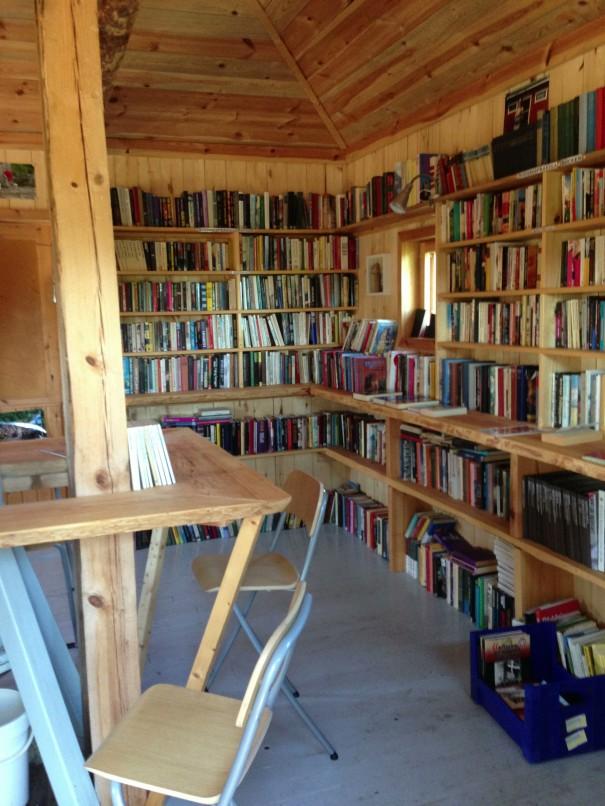 """Kirjaisissa vanha tuulimylly on rakennettu Bok Malen -""""kirjakeskukseksi"""", josta kävijä saa lainata kirjoja. Saa toki tuodakin."""