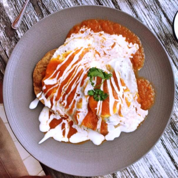 Meidän illallisemme on meksikolainen aamiainen. Munia, tortilloja, papuja, keittobanaania, habanerokastiketta, avokadoa. Huevos rancheros, huevos motuleños ja chilaquiles, kyllä kiitos.