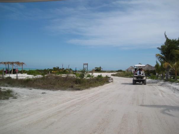 Isla Holbox on saari Jukatanin niemimaan pohjoisosassa. Siellä on vain hiekkateitä, ja matkat kuljetaan golfautoilla tai pyörällä. Turismi on vasta aluillaan.